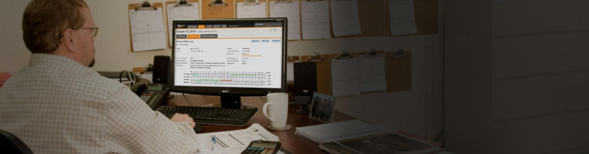 Fleet manager using BigRoad check his drivers' logs